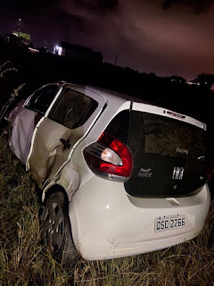 Carro  dirigido por filha de candidato a prefeito de Guarabira é  arremessado contra uma cerca em zona rural da cidade.