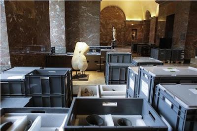 Στα άδυτα του Λούβρου: Εικόνες από την μεταφορά των έργων τέχνης
