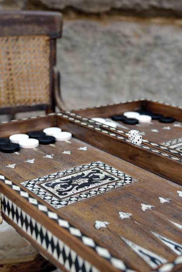 لعبة الطاولة العبة العربية والممتعة وكيفية تعلمها