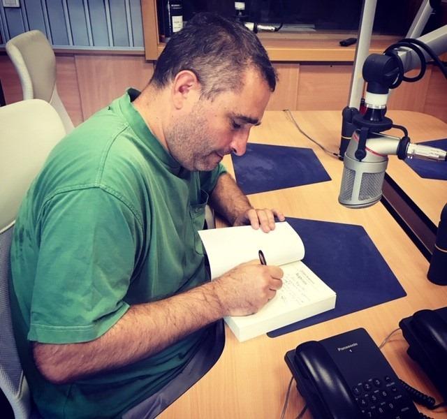 "Добри Божилов подписва една ""Задруга"" в студиото на радио ""София"""