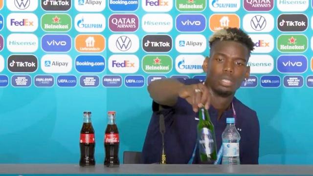 Tiru Aksi Ronaldo Geser Botol Coca-Cola, Paul Pogba Geser Botol Bir Saat Konferensi Pers