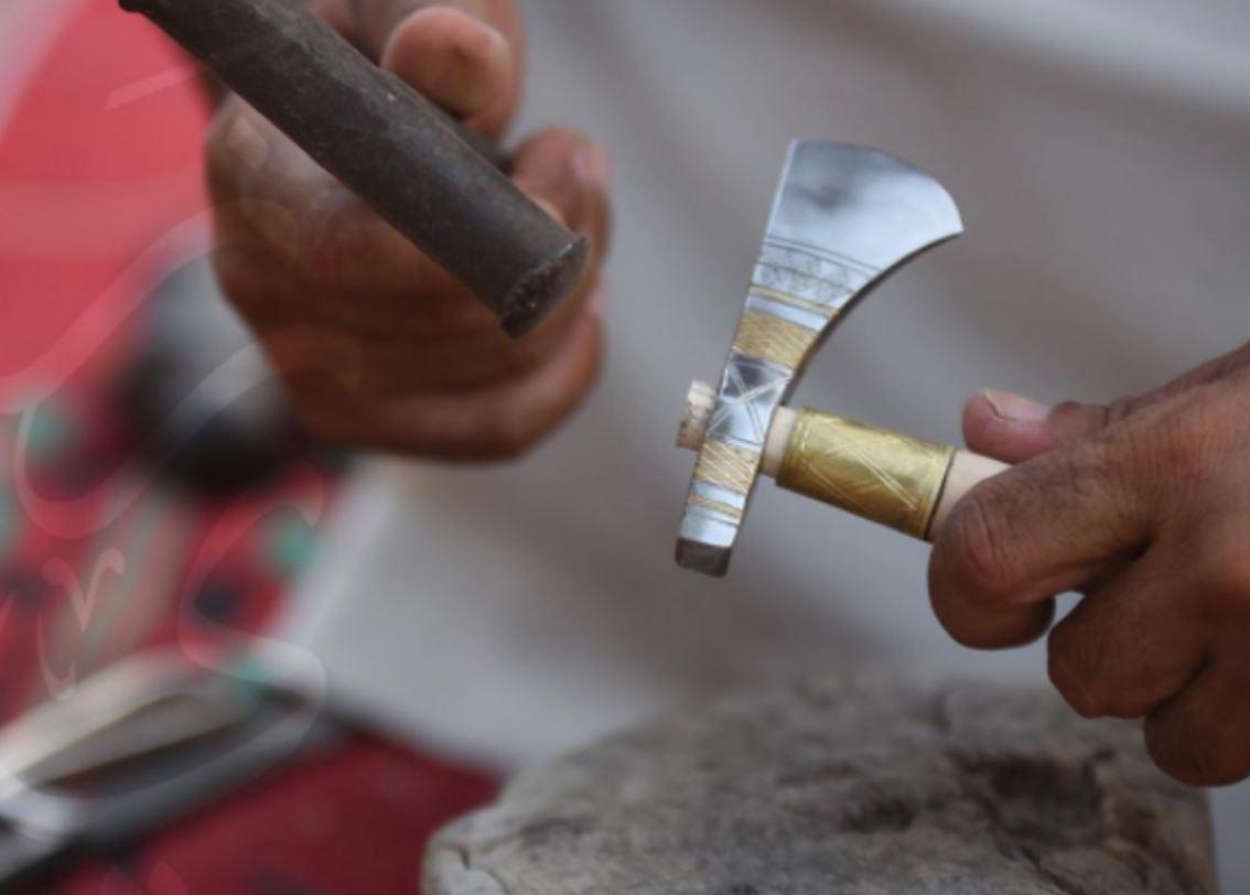 """صناعة عصا """"الجرز""""..موروث سلطنة عمان الفني الأصيل"""