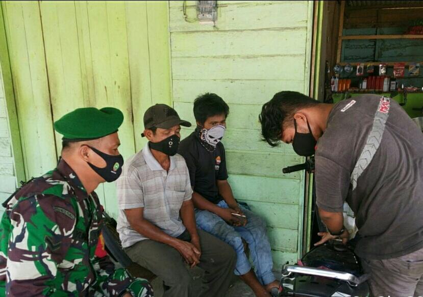 Babinsa Kelurahan Bandarsyah Melaksanakan Komsos Bersama Penggiat Bengkel Sepeda Motor