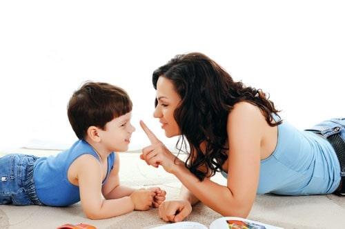 """Chuyên gia giúp bạn giải thích cho con khi bé nhìn thấy bố mẹ """"âu yếm"""""""