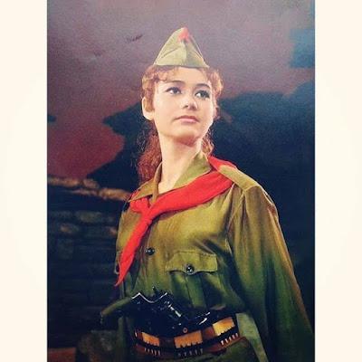 La fierezza della soldatessa albanese alcuni anni fa .