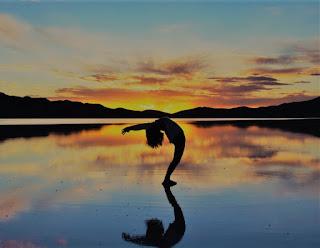Surya Namaskar (Del sánscrito Surya: Sol, Namaskar: Saludo), Es una secuencia de asanas (posturas) que se realizan en sincronía con la respiración.