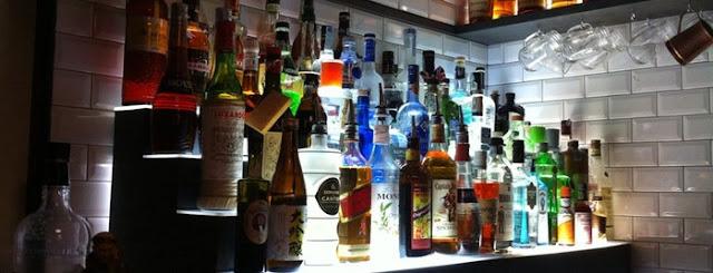 Bar Tongs Bar em Navigli em Milão