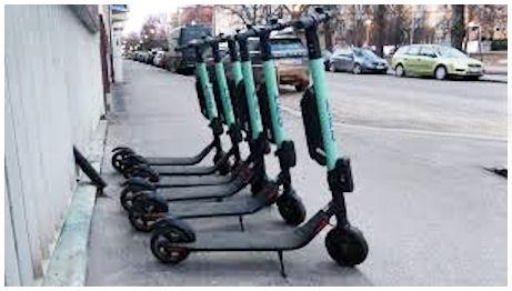 Sähköpotkulautoja parkkeerattuna jalkakäytävälle, josta sellaisen voi sitten lainata.