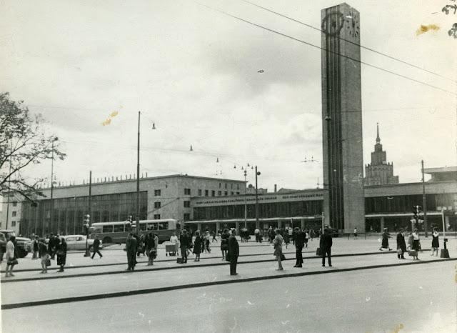 1960-е годы. Рига. Привокзальная площадь, часы и новое здание ж/д вокзала.