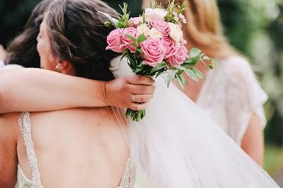 Novia abrazando a una invitada