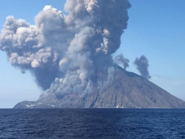 Τεράστια έκρηξη του ηφαιστείου Στρόμπολι στην Ιταλία (βίντεο)