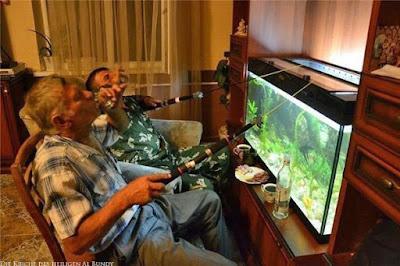 Faule alte Männer angeln und trinken Kurzen Schnaps Zuhause