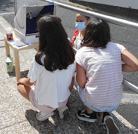 Nenas observando a eclipse no solarscope