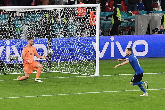 Jorginho celebrating winning penalty as Italy beat spain