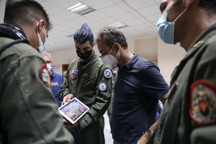 Μητσοτάκης στην 112 Πτέρυγα Μάχης: Το ευχαριστώ στους πιλότους των Canadair