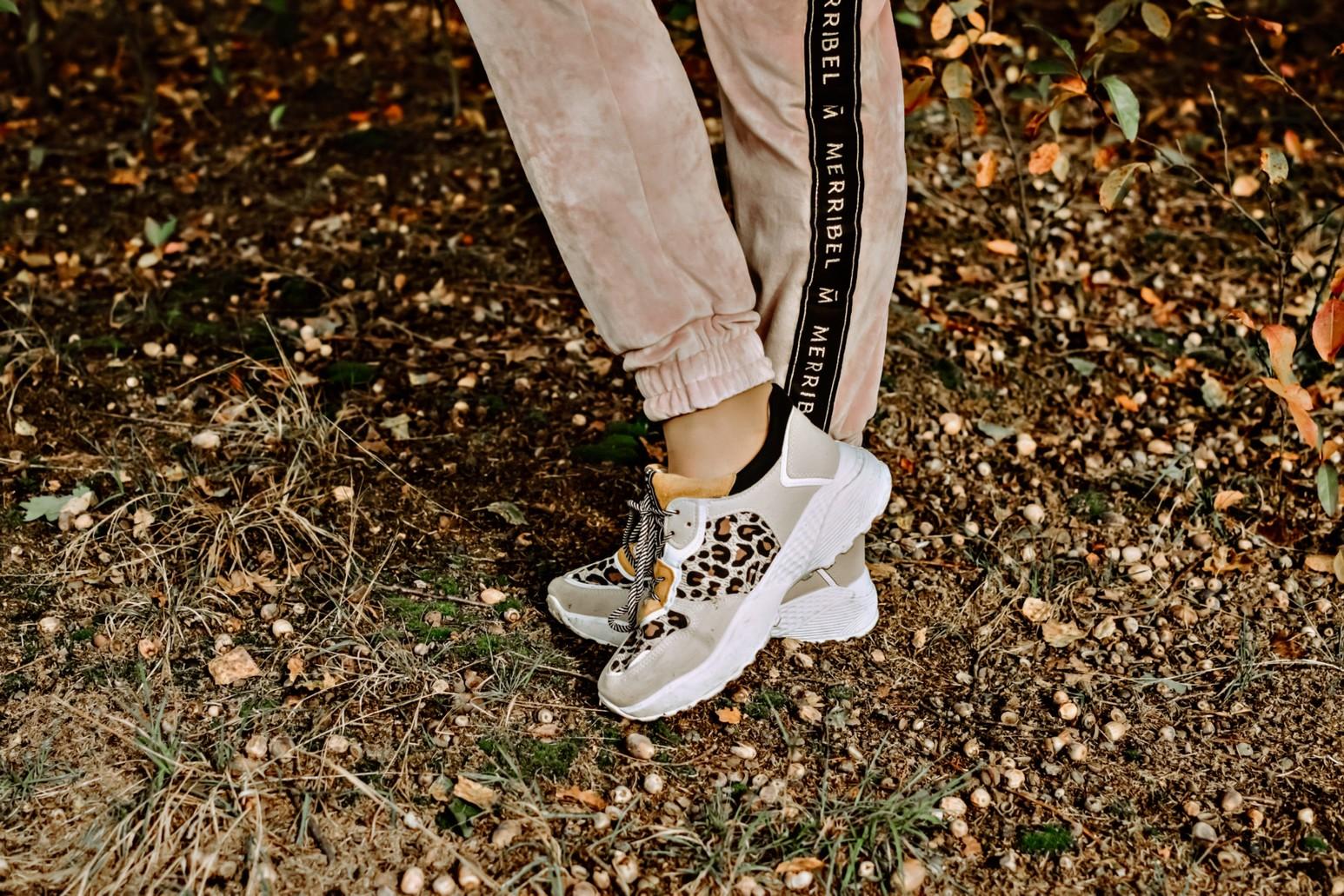 Sportowe buty w panterkę