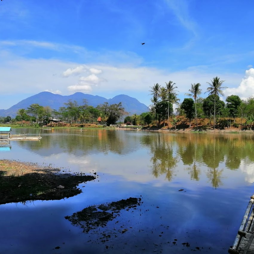 Menelusuri Jejak Sejarah Desa Adat Kampung Pulo dan Candi Cangkuang Garut