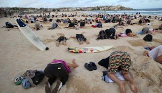 Ratusan Orang Mengubur Kepalanya di Pantai Australia