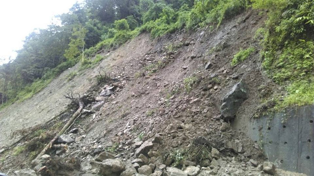 Sikkim -NH10 Landslide, 500 vehicles stranded as road blocked between Singtam and Ranipool