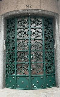 Entada de edifício co porta em ferro forjado e vidro