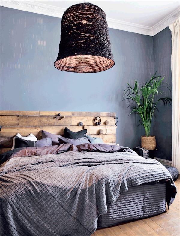 dormitorio con lamparas de mimbre y paredes gris oscuro chicanddeco