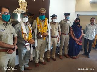 राजेन्द्र शर्मा के सेवानिवृत्त होने पर शाल एवं श्रीफल देकर स्वागत किया