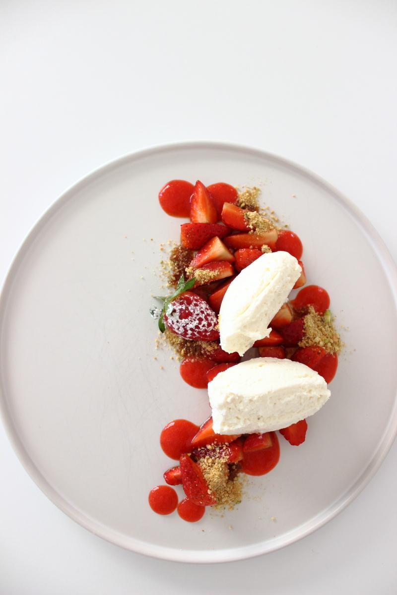 Mascarponemousse, Erdbeersalat, Erdbeerholundersauce, Cantuccini-Pistazien-Crunch... Dessert, Nachtisch, Mousse, weiße Mousse, Mascarponecreme, Erdbeerzeit, recipe, foodstyling, foodphotography, Rezept auf dem Südtiroler Food- und Lifestyleblog kebo homing