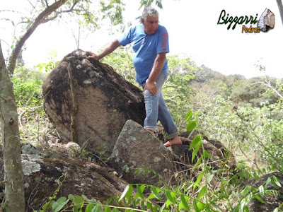 Bizzarri escolhendo pedra para cascata na piscina, tipo pedra natural.