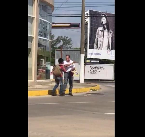 Funcionario de Veracruz tira los dulces de un niño y amenaza con golpearlo por vender en la calle (VIDEO)