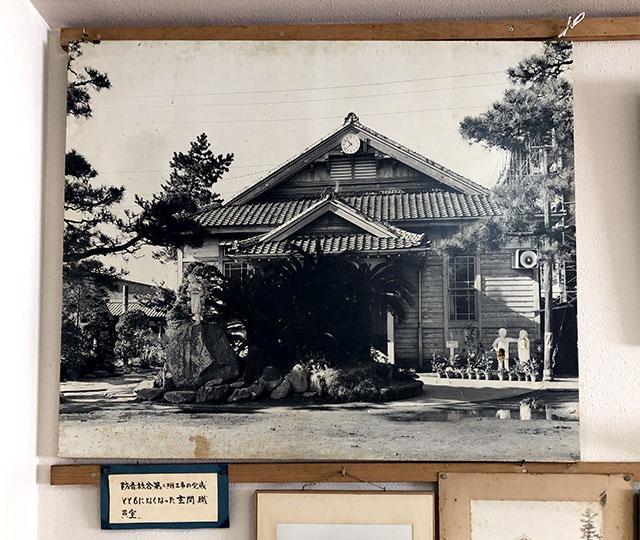 中ノ町小学校の木造校舎当時の写真パネル(2019年11月15日撮影)