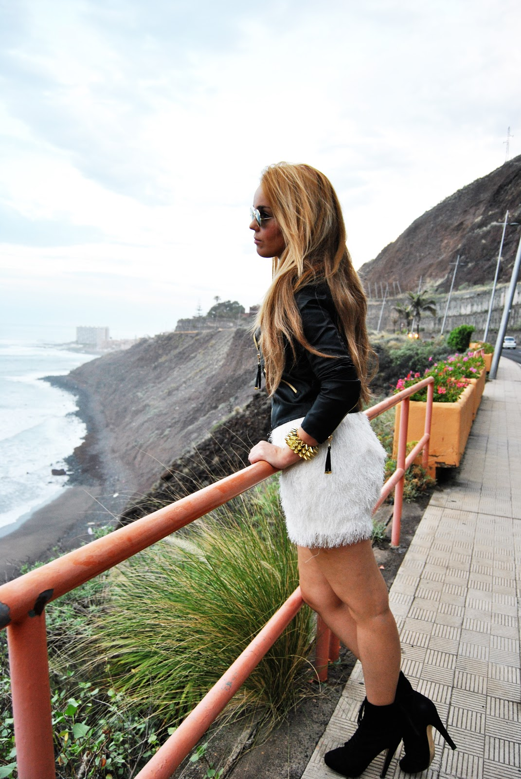 nery hdez, feathers skirt, grunge look, vintage sunglasses