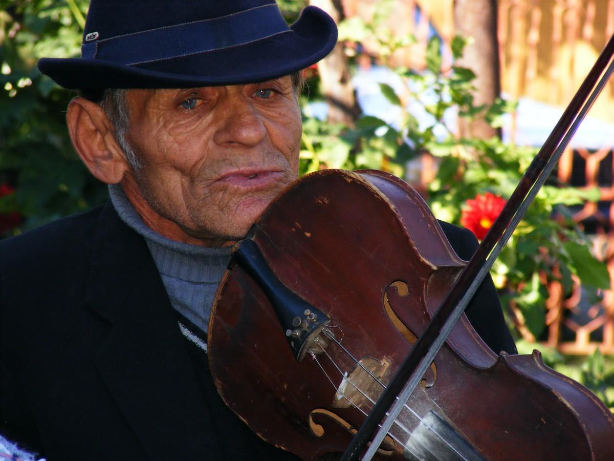 foto de um velho tocando violino