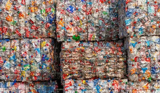 علماء يجدون تكنولوجيا جديدة يمكنها تحويل النفايات البلاستيكية إلى وقود نفاث