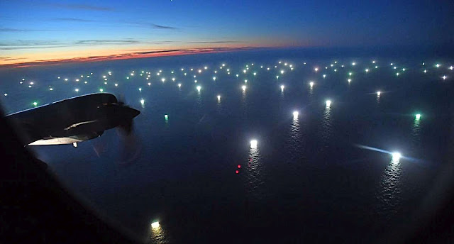 Cidades flutuantes de pesqueiros encostam em límites territoriais aguardando o momento de dar o golpe