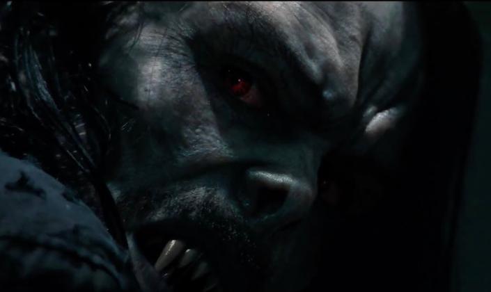 Imagem: o personagem Morbius, um homem com a pele muito pálida, de aparência monstruosa, os cabelos pretos e longos, os olhos vermelhos, o nariz pequeno e levantado para cima e presas afiadas de vampiro.