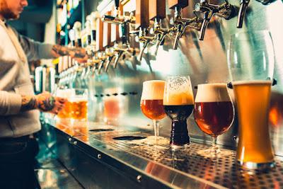 Bar con multiples opciones de cerveza, bebida que se prohibió en Islandia durante decadas