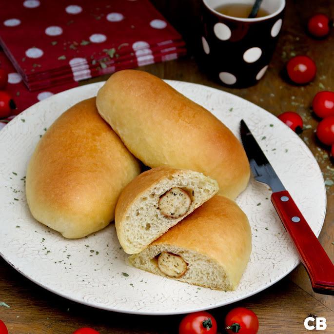 Recept: zo maak je zelf zachte luchtige broodje met een kipworstje erin