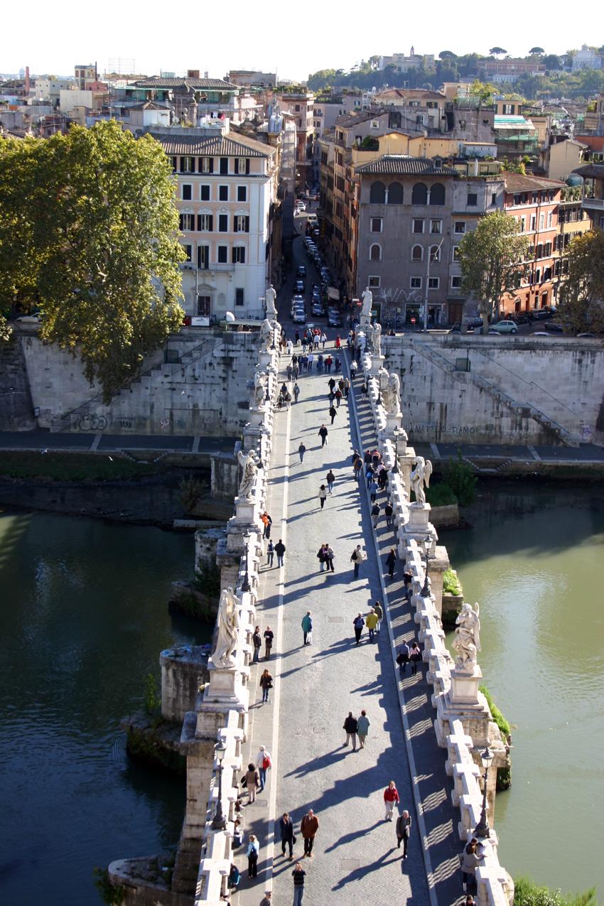 Widok na most Sant'Angelo z zamku świętego Anioła.