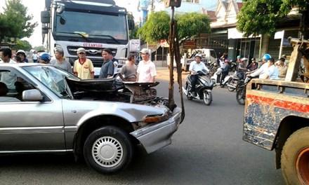 """Gia Lai: Tài xế nghi say rượu lái xe """"đấu đầu"""" xe tải"""