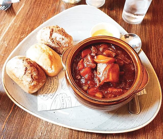 Piatto tipico irlandese a base di stufato di carne di montone o più comunemente di agnello accompagnato da patate, cipolle e un mix di erbe aromatiche.
