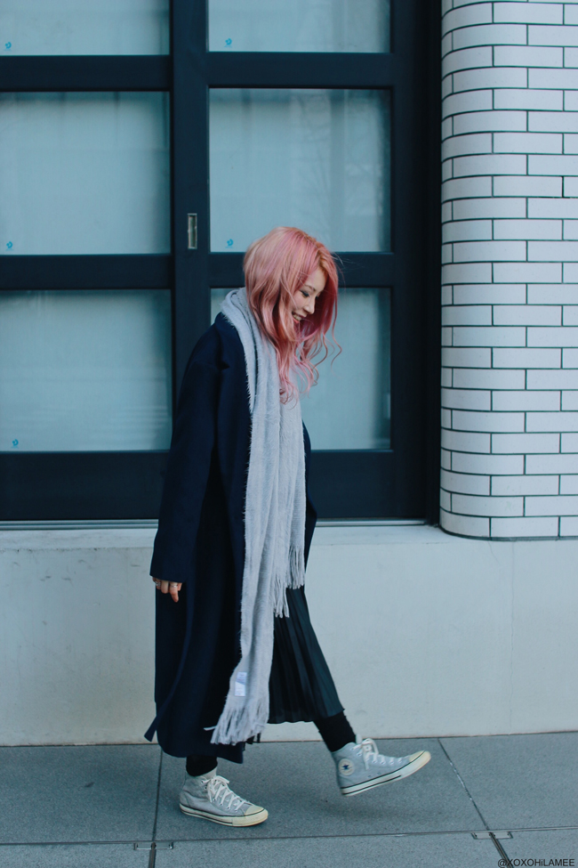 Japanese Fashion Blogger,Mizuho K,20180103OOTD,SheIn-navy long gown coat,gold crossbody,gray gradation knit sweater,2nd hand pleated skirt,Tabio=black socks,CONVERSE=gray knit sneakers,LOWRYS FARM=big scarf,Sash belt