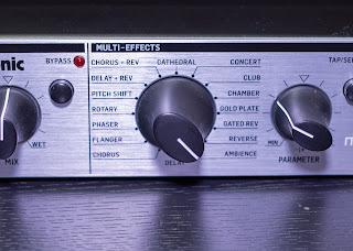 M100 はツマミ一つで 16 種類のエフェクトを選択可能