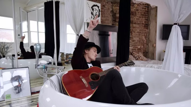 """El actor y cantante británico Charlie Freeman libera su álbum """"Love"""""""