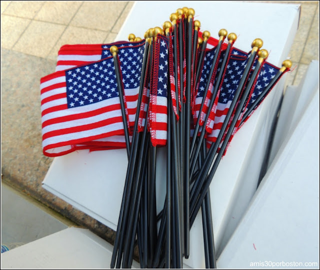 Banderas de Estados Unidos que Regalaron durante el 4 de Julio en Boston, Massachusetts