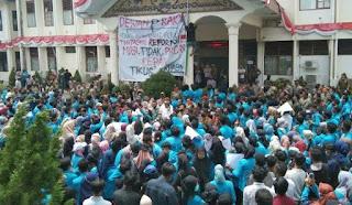 Tolak Omnibus Low Seribuan Mahasiswa Unsan Unjuk Rasa ke DPRK Langsa