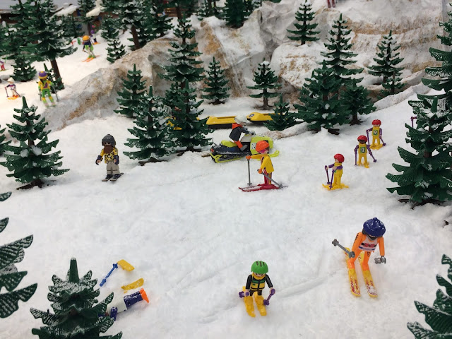 Diorama de una estación de esquí con figuras de playmobil