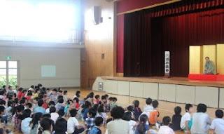「言葉の伝え方学習会」での三遊亭楽春の講演風景です。