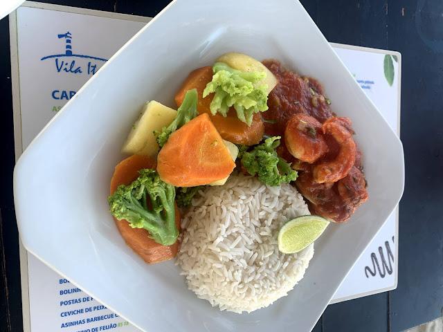 prato de comida com vegetais, camarão ao sugo e arroz branco