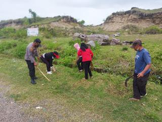 Kapolsek Keera Bersama Anggota dan Perangkat Desa Melaksanakan Kerja Bakti