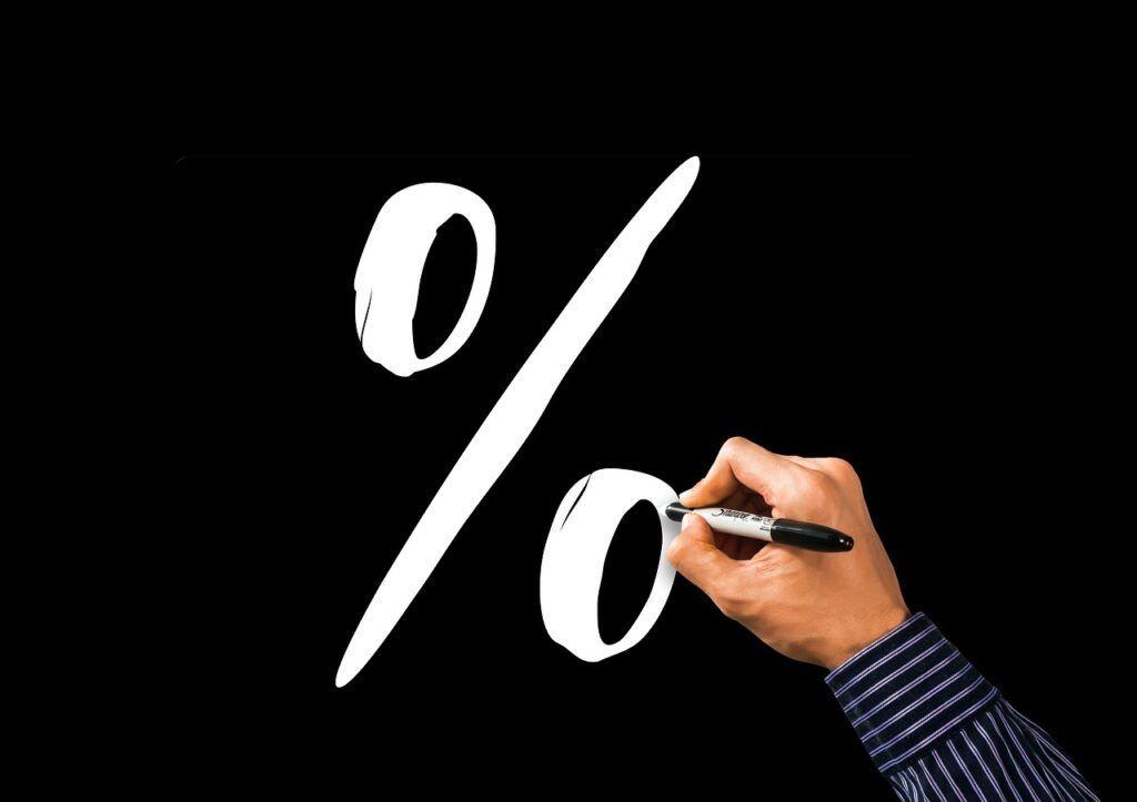 Homem desenhando símbolo de porcentagem